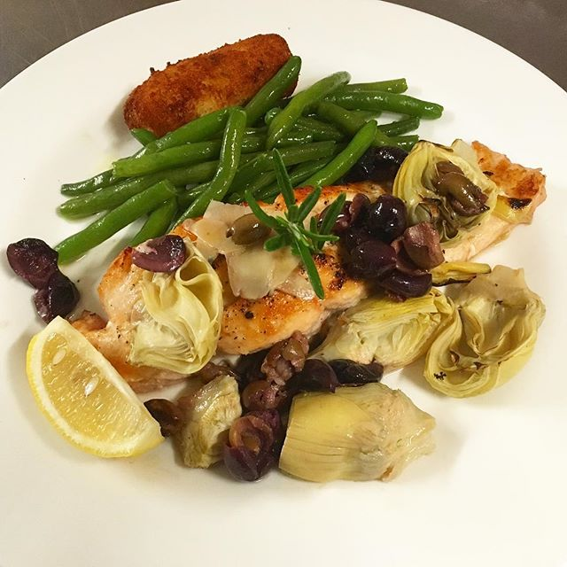That's broiled yum yum salmon hiding under all the olives and artichokes... 😋😋😋 #salmon