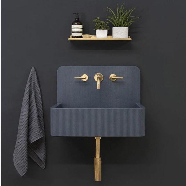 So in love with this basin! #moody #powderroom #bathroom #brass 📸Pinterest