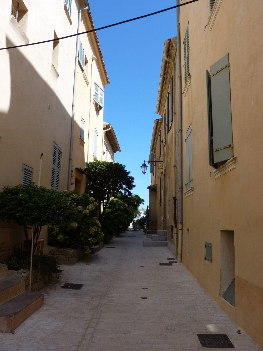 St-Tropez-pristine-streets.jpg