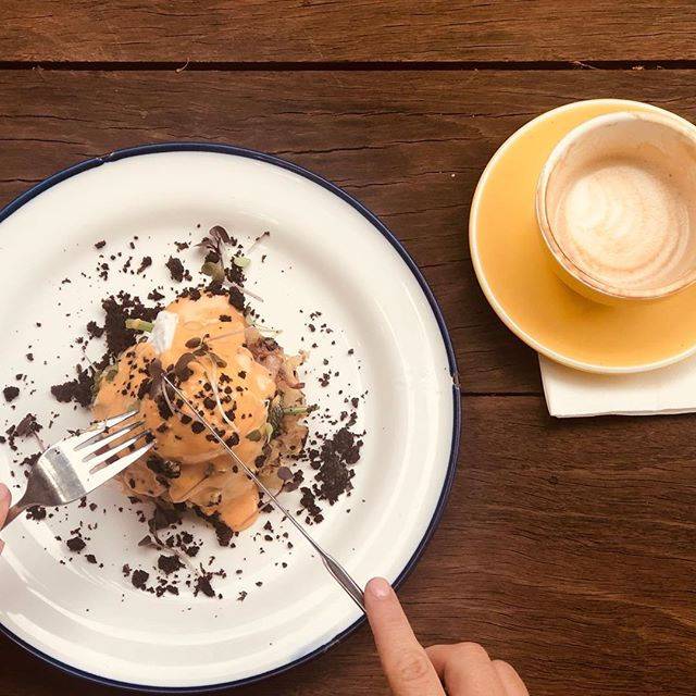 Long weekend ready.... bubbles & squeak cake, grilled bacon, poached egg, sriracha hollandaise, black pudding crumb . . . . @gillstcafe #mosmanpark #mosmanparkcafe #breakfastinperth #gillstcafe #perthcafe #urbanlistperth #supportyourlocal