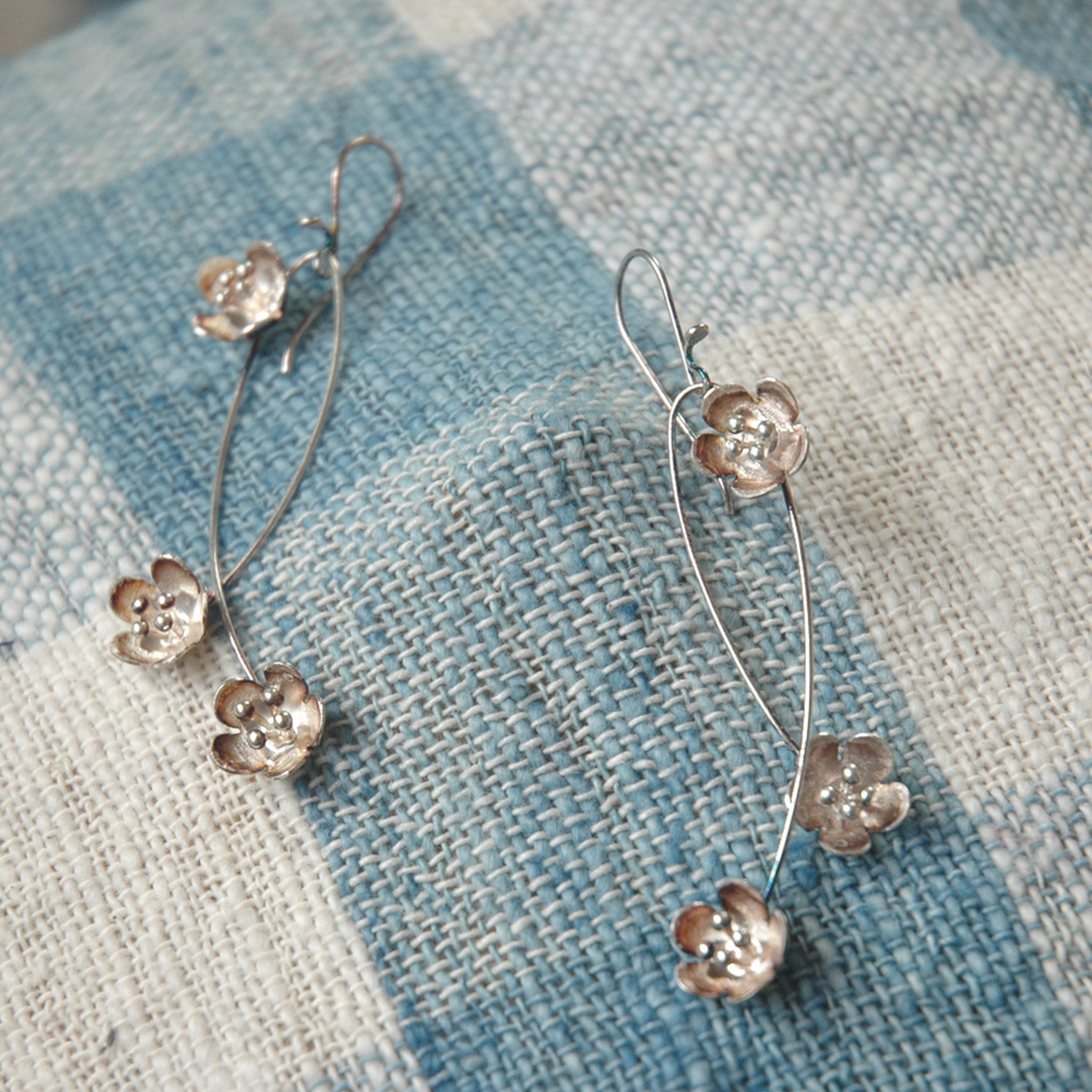 Flower dangling earrings