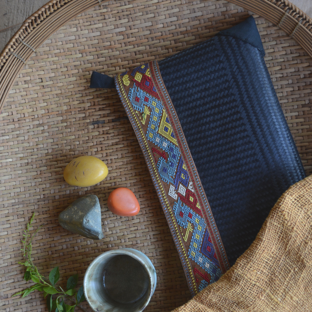 Bamboo clutch bag with silk border