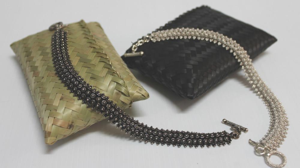 Bijoux en argent blanchi ou assombri selon le goût du client