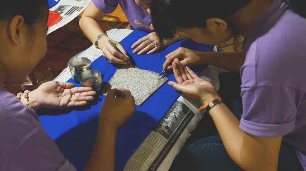 """Fabrication de minuscules perles d'argent pour former un """"cœur"""" de dok pi-khune"""