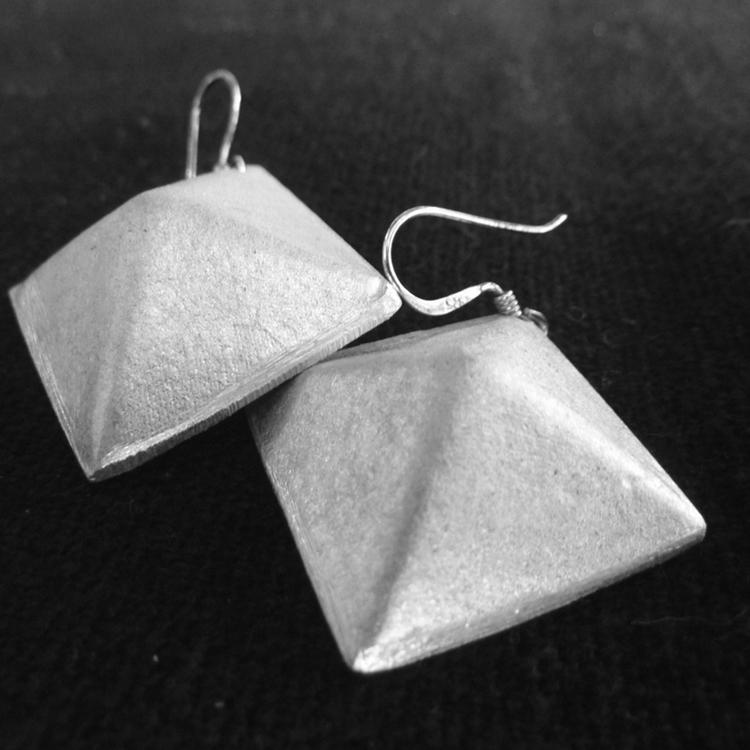 Boucles d'oreilles en forme de pyramide