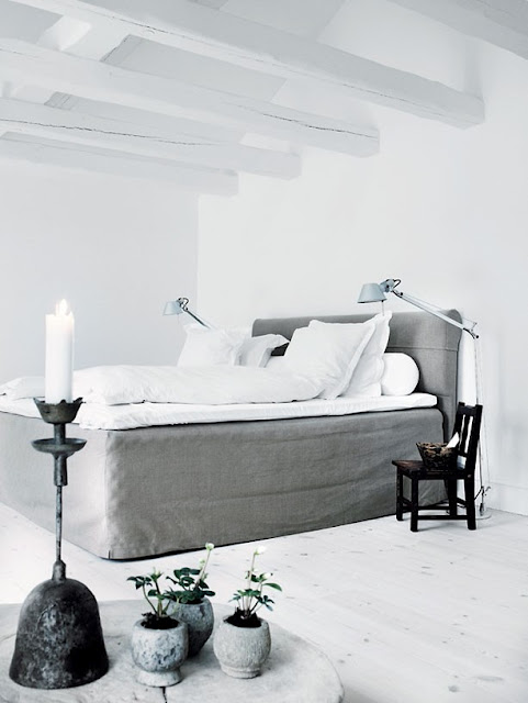 simple-black-and-white-bedroom-with-whitewashed-wooden-floor1