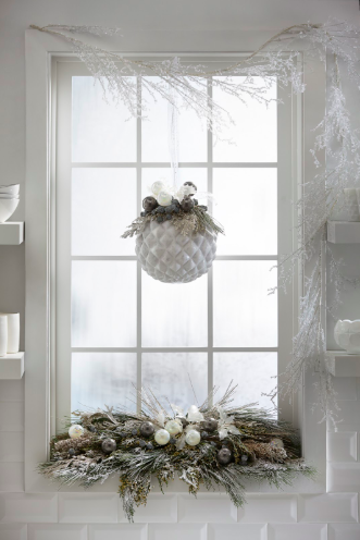 Interior Designer Barbara Schmidt, studiobstyle decorates the farmhouse kitchen window for the holidays.