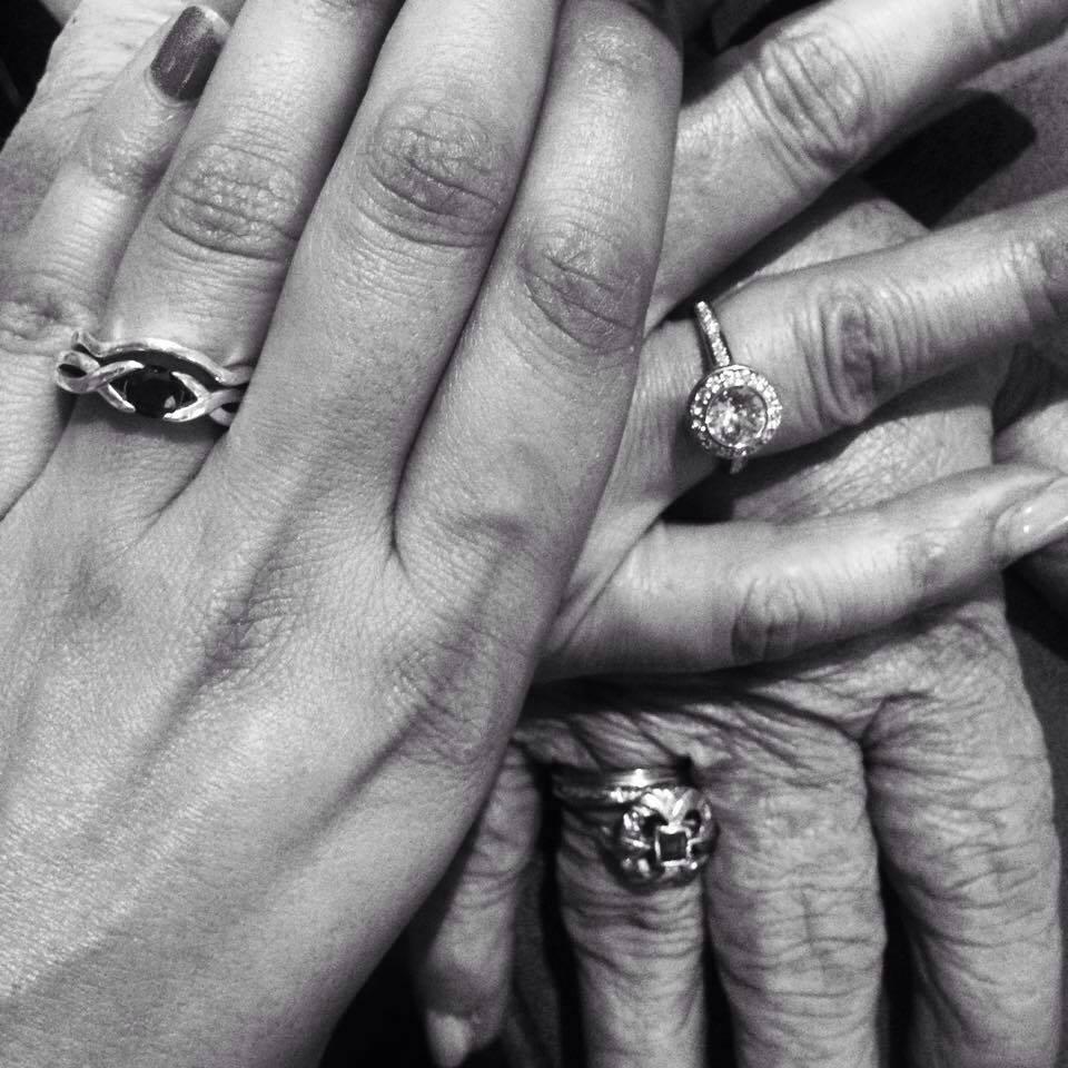 En la foto, la mano de mi abuela, la de mi madre y la mía.