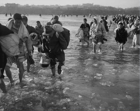 Fleeing Pyongyang, braving the icy waters of the Taedong River (Source:  Bettmann Collection/CORBIS)