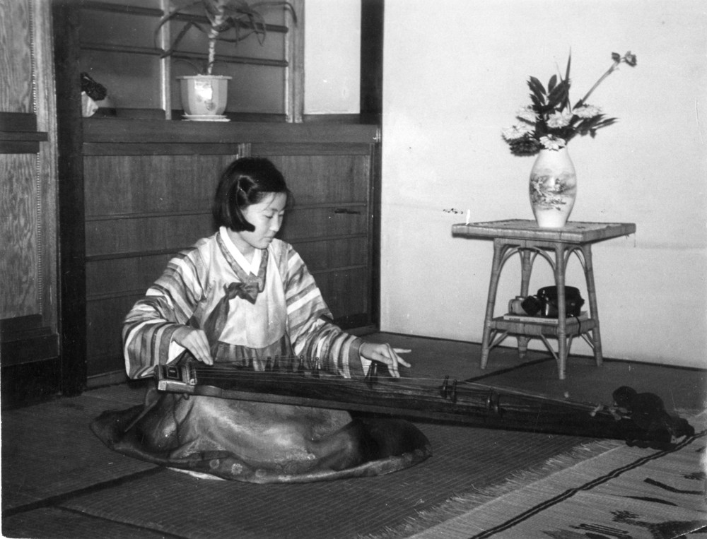 Playing the kayagŭm, 1950s
