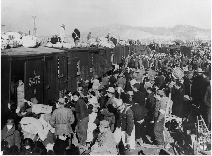Refugees climbing on trains (Source:  Hulton-Deutsch Collection/CORBIS)