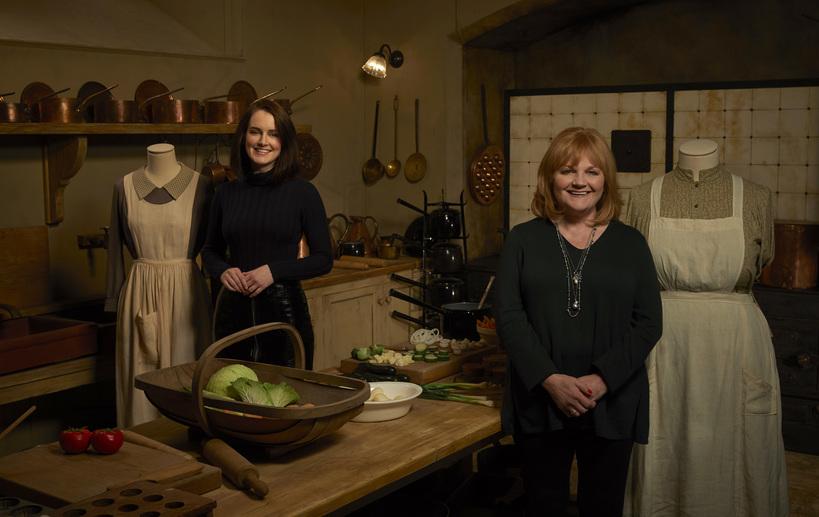Sophie McShera (Daisy) e Lesley Nicol (Mrs. Patmore) posano con i loro costumi di scena nel set della cucina alla mostra