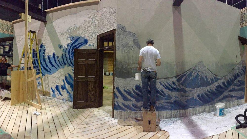 """La scenografia di Paul Austerberry della parete sul set di  """"The Shape of Water"""" (2017).  Fox Searchlight"""