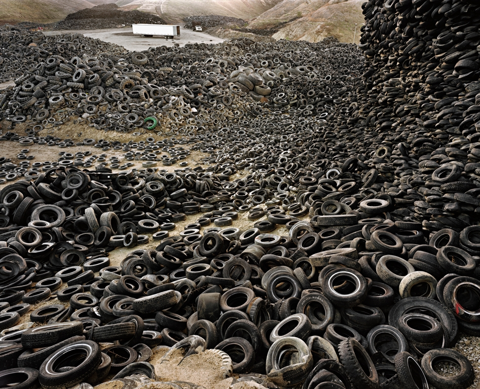 Oxford Tire Pile #1 Westley, California, USA, 1999 di Edward Burtynsky