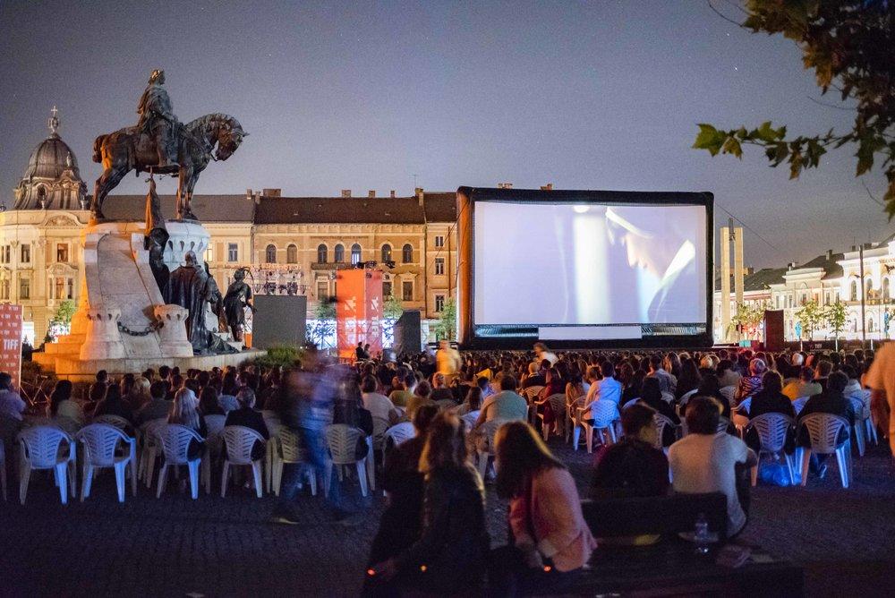 Piaţa Unirii durante una proiezione serale del TIFF. Foto di Valerio Greco
