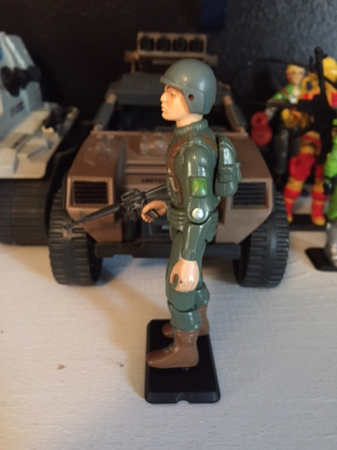 Grunt came with an m-16 rifle and a sparse color scheme only olive drab green, brown highlights, and a brighter green pocket on the sleeve.