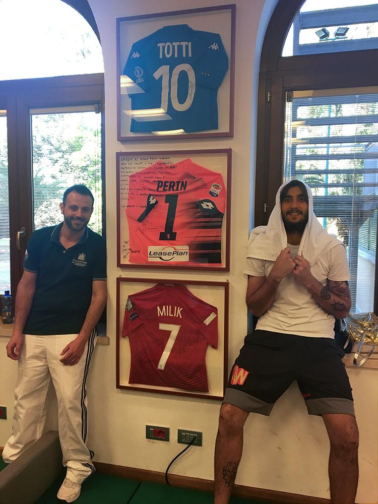 """Nella foto la dedica del portiere al prof. Mariani e a tutto lo staff di Villa Stuart. Con un riferimento al """"calcio tennis"""" di cui è diventato campione incontrastato."""