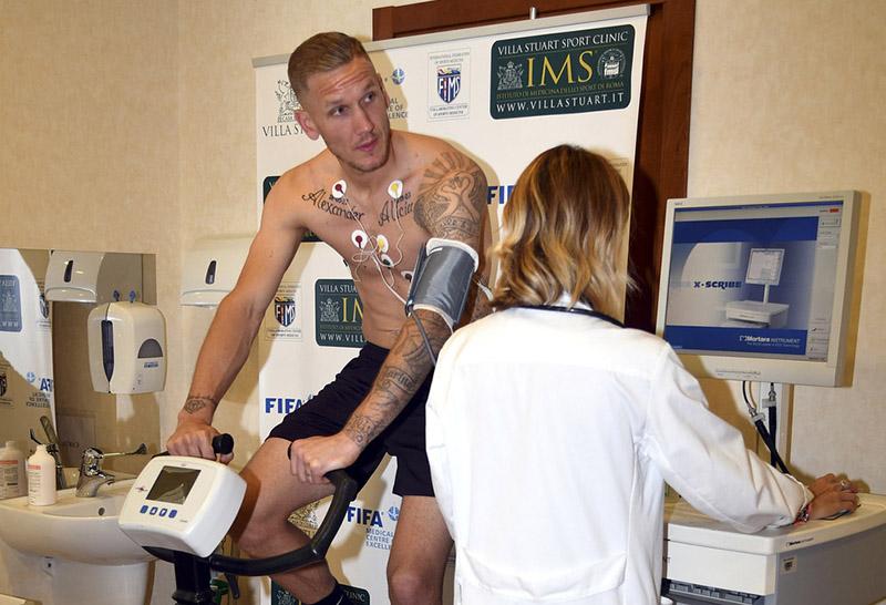 2-roma-visite-mediche-e-firma-per-olsen.jpg