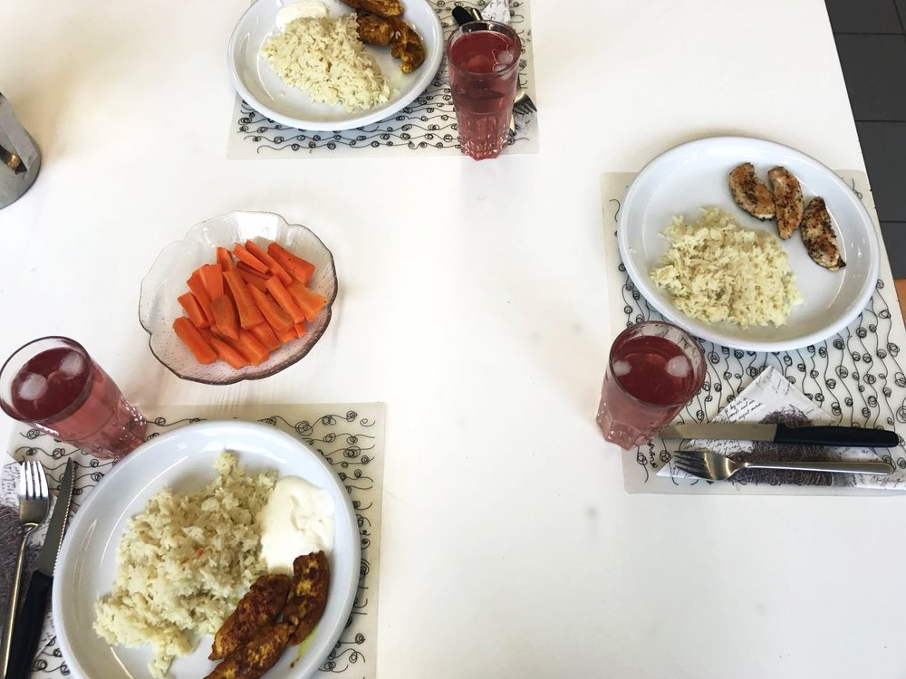Gebratene Pouletfilet mit Reis und Karottenstengeli