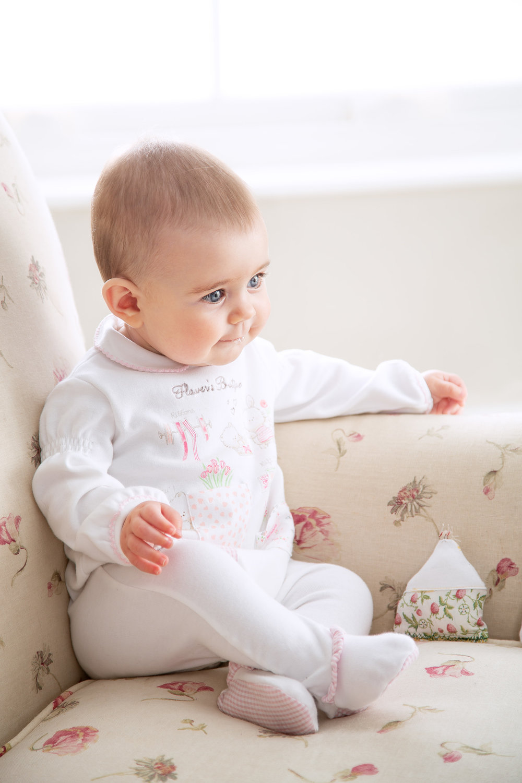midivertounmondo_newborn sitting on the sofa.jpg