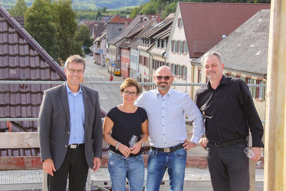 Bürgermeister Michael Bruder, Alexandra & Andreas Hiss, und Norbert Grabensteiner von Spitzbart + partners bei der Dachgleichenfeier.