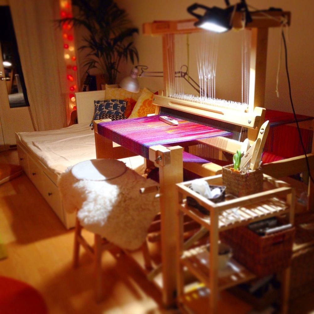 Tässä Kaisa viettää ison osan ajastaan: talossa on kahdet kangaspuut, toiset olohuoneessa ja toiset työhuoneessa.