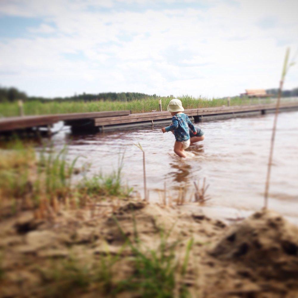 Juhannus Kaisan perheen kanssa mökillä Itä-Suomessa oli aurinkoinen ja lämmin. Pojat taisivat tulla järvestä pois lähinnä syömään ja nukkumaan, ja silloinkin vain pakon edessä.