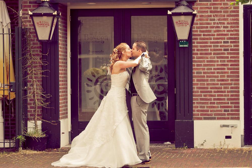 zoenend bruidspaar op het plein