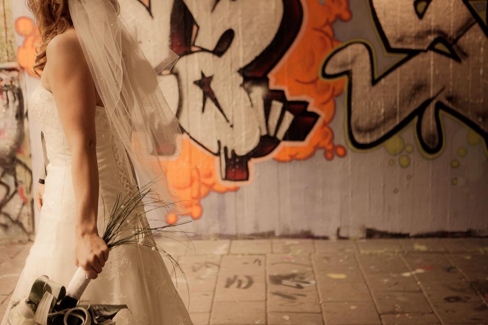 bruidspaar bij graffitti