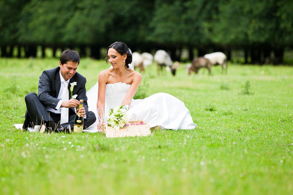 bruidsfotografie in het Westerpark Zoetermeer - champagne open maken
