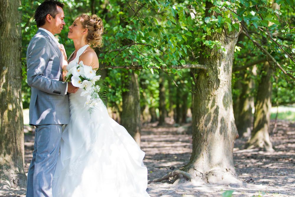 bruidsfotografie in het Westerpark Zoetermeer - bruidspaar in de boomgaard