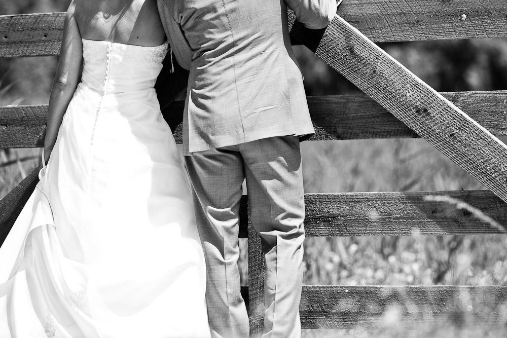 bruidsfotografie in het Westerpark Zoetermeer - bruidspaar voor het hek