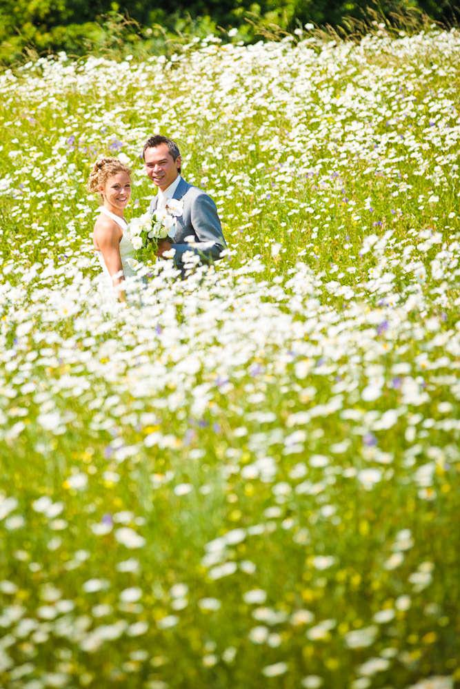 bruidsfotografie in het Westerpark Zoetermeer - bruidspaar tussen de bloemen