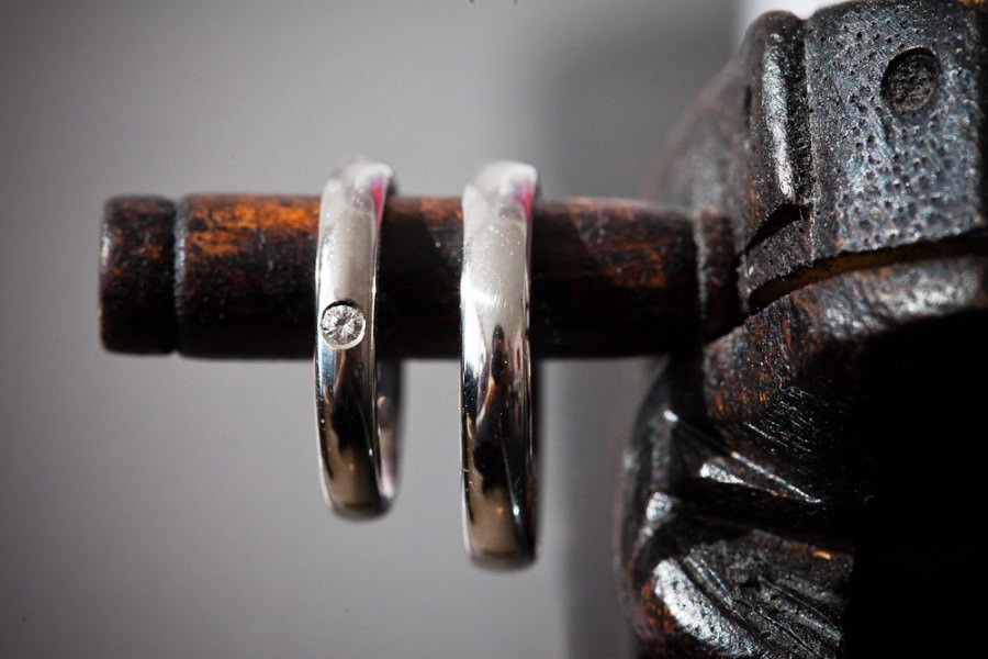 de ringen aan een beeldje