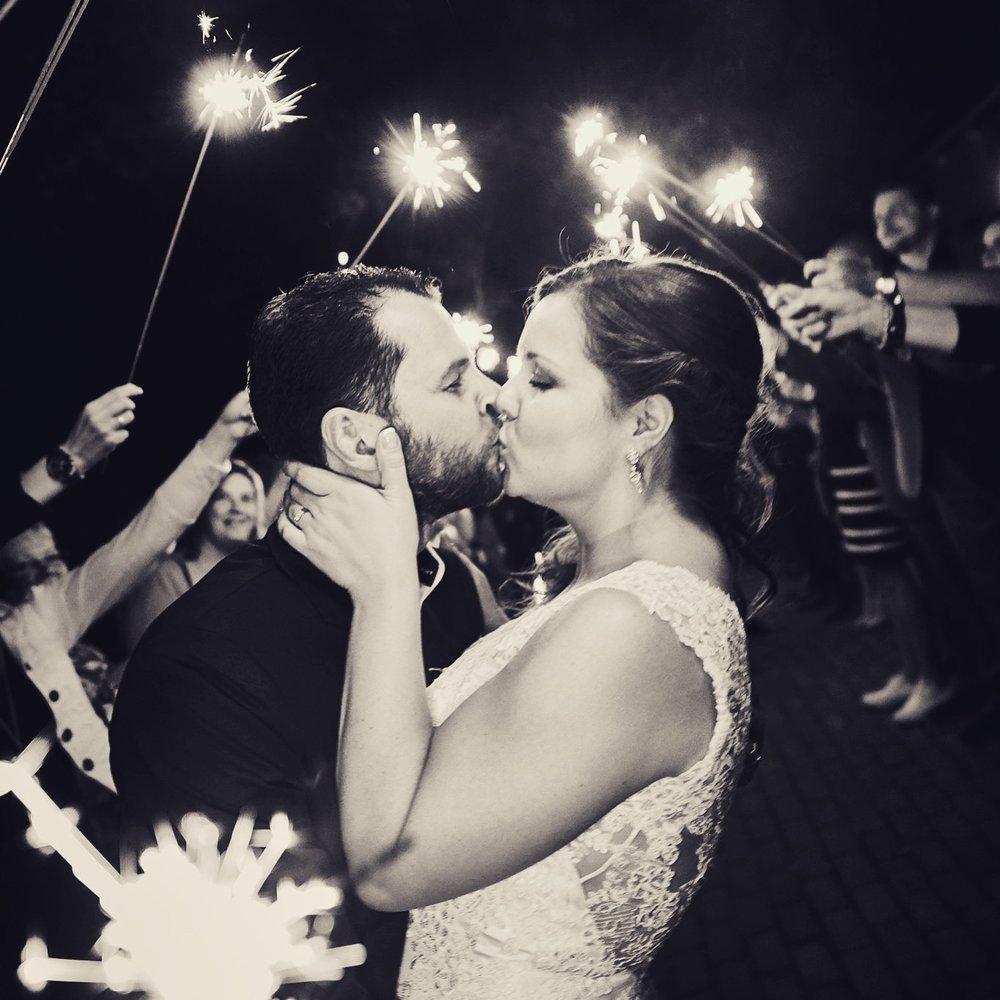 trouwshoot-bruidsfotografie-kussend bruidspaar.jpg