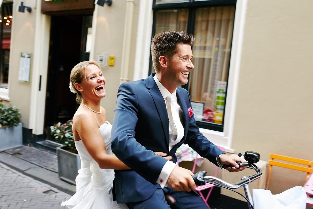 Bruidspaar op de fiets in Den Haag