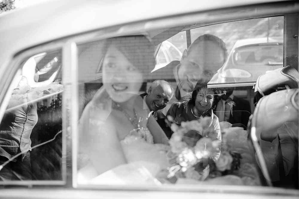 Bruidsfotograaf in Amsterdam - bruidspaar in de auto