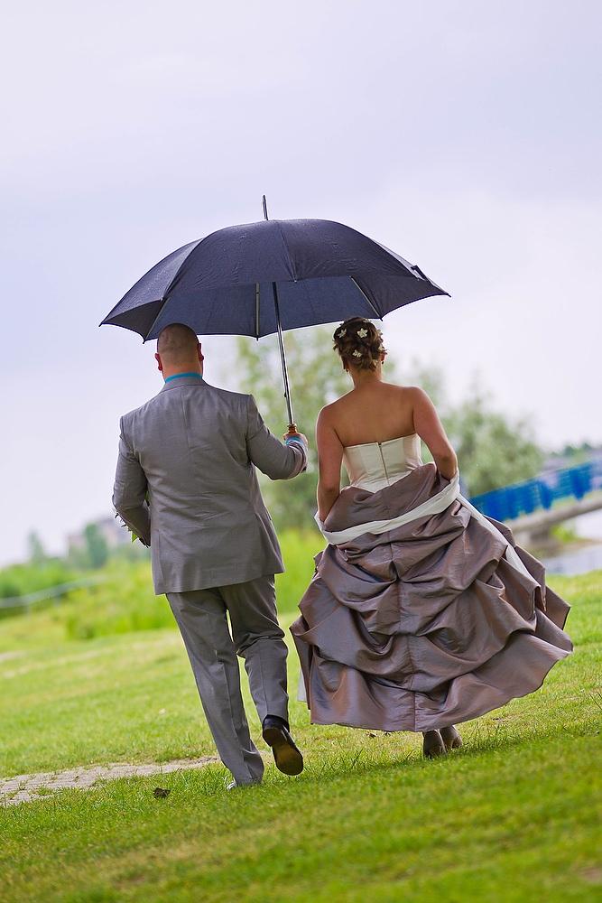 trouwshoot bruidsfotografie met paraplu op het strand