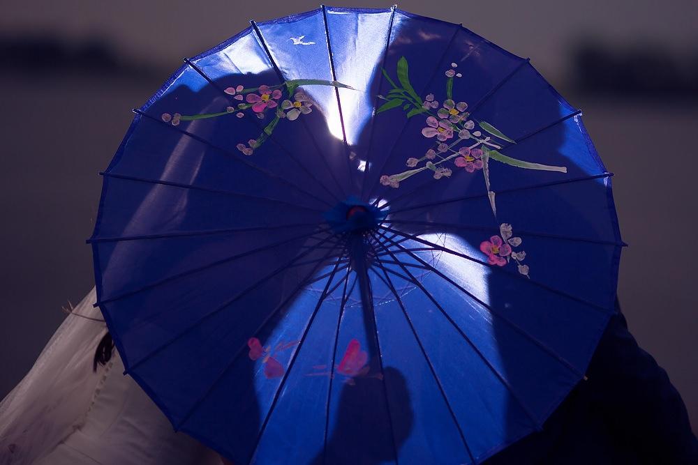 trouwshoot bruidsfotografie met paraplu en flitser