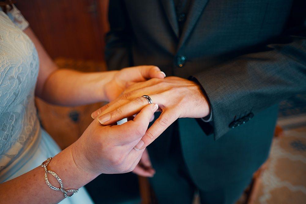 trouwshoot bruidsfotografie tijdens het aanschuiven van de ringen