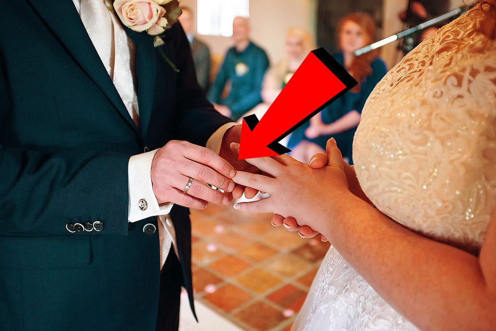 foute manier van aanschuiven - Hier zie je duidelijk dat de ring niet zichtbaar is tijdens het aanschuiven. Wanneer je je hand draait is de ring veel beter zichtbaar.