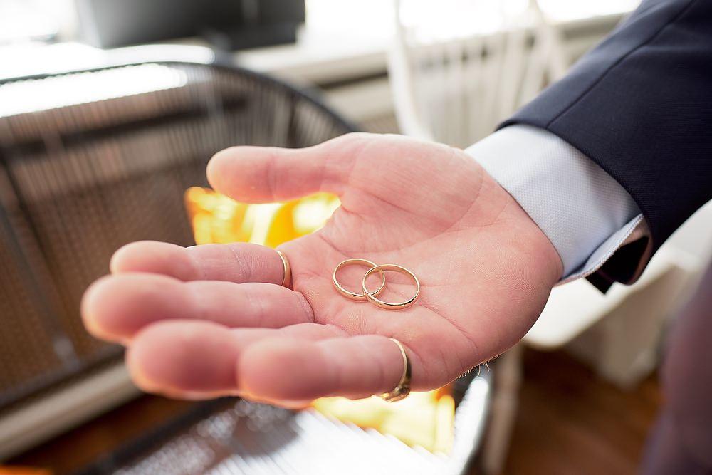 trouwringen in de hand van de bruidsegom