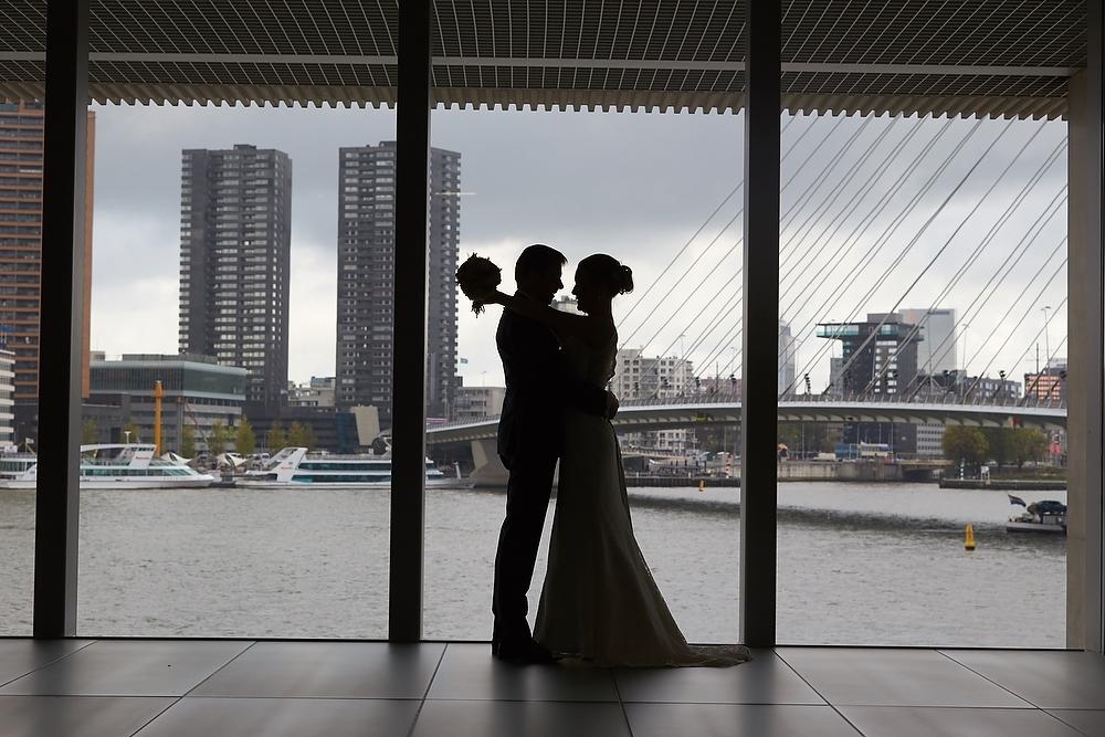 silhouet bruidsfoto bij de Erasmusbrug in Rotterdam