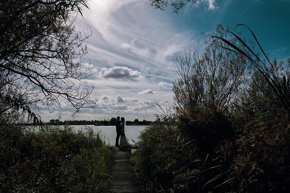 bruidsfotografie aan het Noord AA strand in Zoetermeer