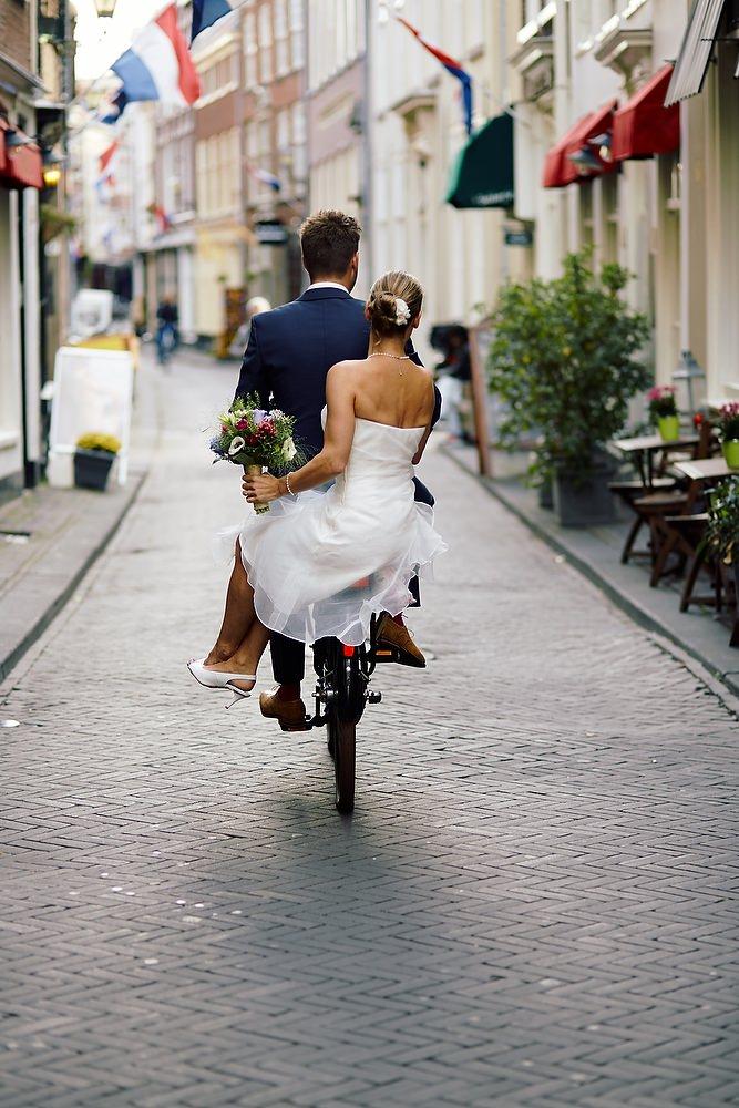 bruidsfotografie op de fiets in het centrum van Den Haag