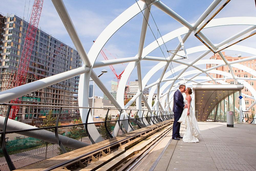 Bruidsfotografie bij de Netkous (tramhalte) in Den Haag