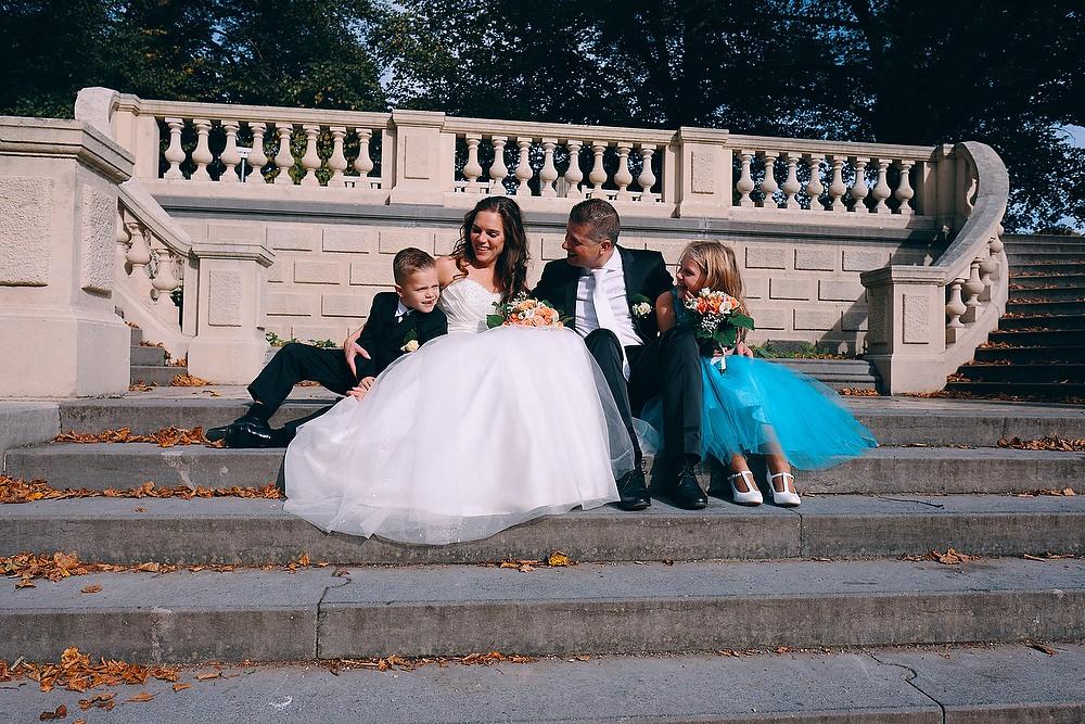 trouwfoto van het bruidspaar met kinderen op de Spaanse Trappen in Clingendael