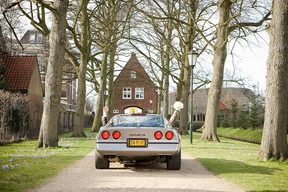 auto met bruidspaar bij Huygens Hofwijck - Voorburg