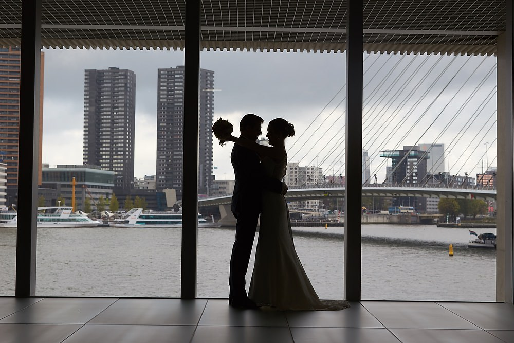 trouwshoot bruidsfotografie bij de Erasmusbrug