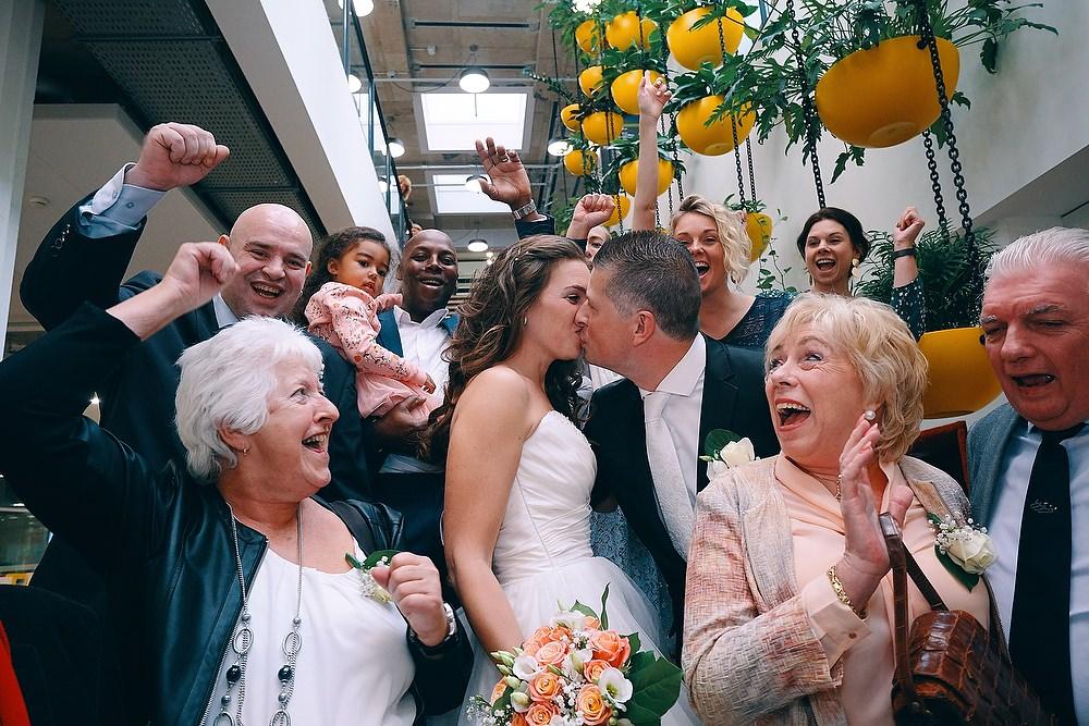 trouwshoot bruidsfotografie groepsfoto op de trap